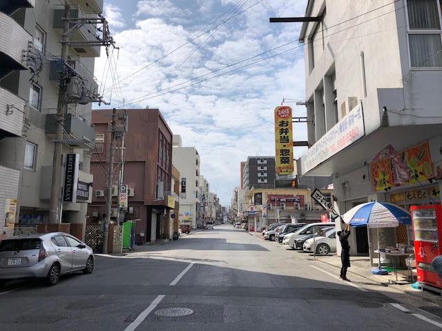 若松橋から歓楽街の中心地に伸びるもの。電線の地中化が進み、空が広く感じられ結構先進的な一面も。